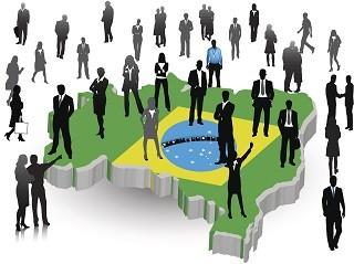 Pessoas sobre o mapa do Brasil